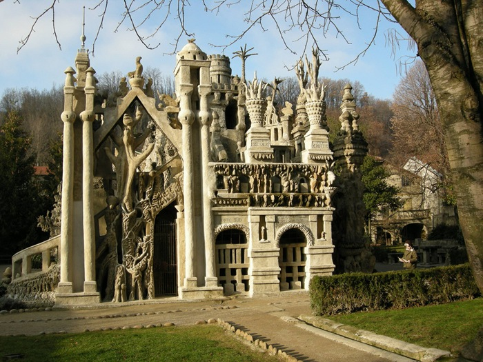 23-33-worlds-top-strangest-buildings-ideal-palace.jpg